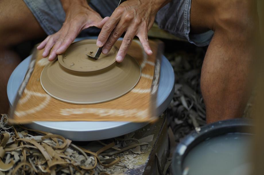 壺屋焼は沖縄の土を使わなくては壺屋焼とは言えないため、育陶園では、沖縄で採れる赤土、もしくは白土を使って作品をつくる。しかし、島の資源は無限にあるわけではないため、形を調整する際に出た削りカス等を集めて、再び土として使えるよう、水と練り上げて使用している。
