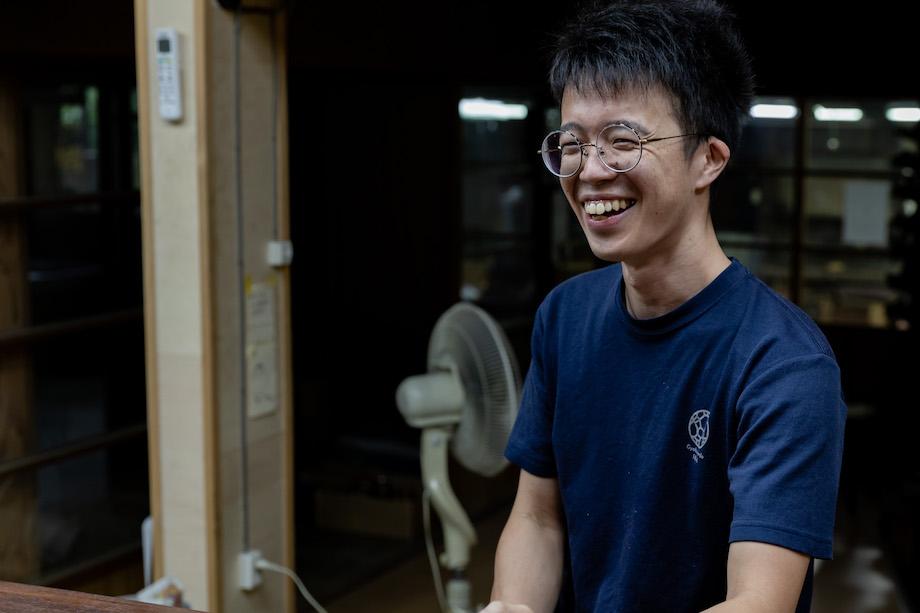矢竹 純(Jun Yatake)氏 / 1992年東京都生まれ。広島市立大学芸術学部卒業後、玉川堂に入社。職人歴5年目。玉川堂の仕事以外でもグループ展を開催するなど積極的に金工作品を作り出している。