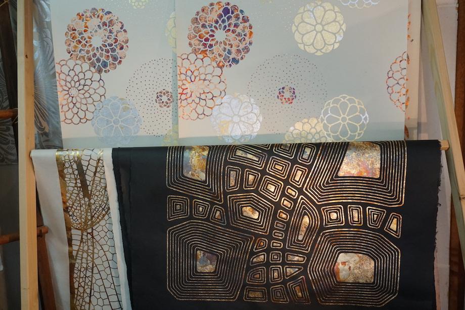 和紙・ギルディング技法の全て1枚ずつ手作業で丁寧に作られた「ギルディング和紙」。金属箔を酸化または腐食させることにより、味のある変色を引き起こし、同じデザインでも、計算と偶然が入り混じり、出来上がりは毎回違った色合いになる。