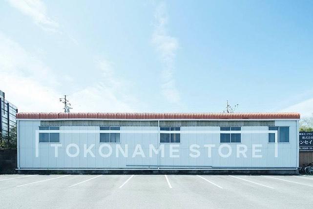 『TOKONAME STORE』は、山源陶苑が手掛ける器の販売や、ちいさなお子様も一緒楽しむことのできるたたら成形の陶芸体験ワークショップができる施設。