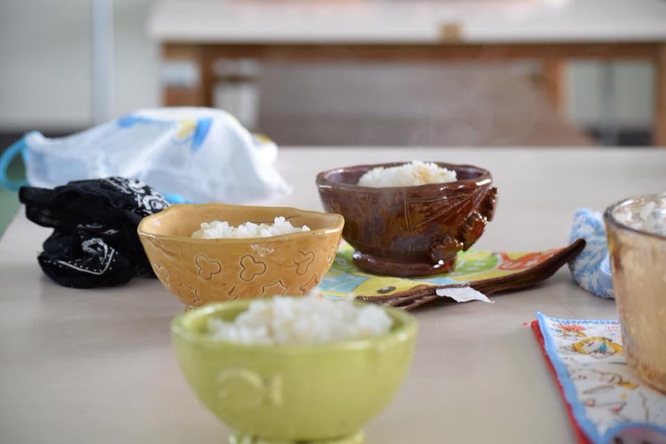 お茶碗プロジェクト(小学生が自分だけのマイ茶碗で給食ご飯を食べる取組み)