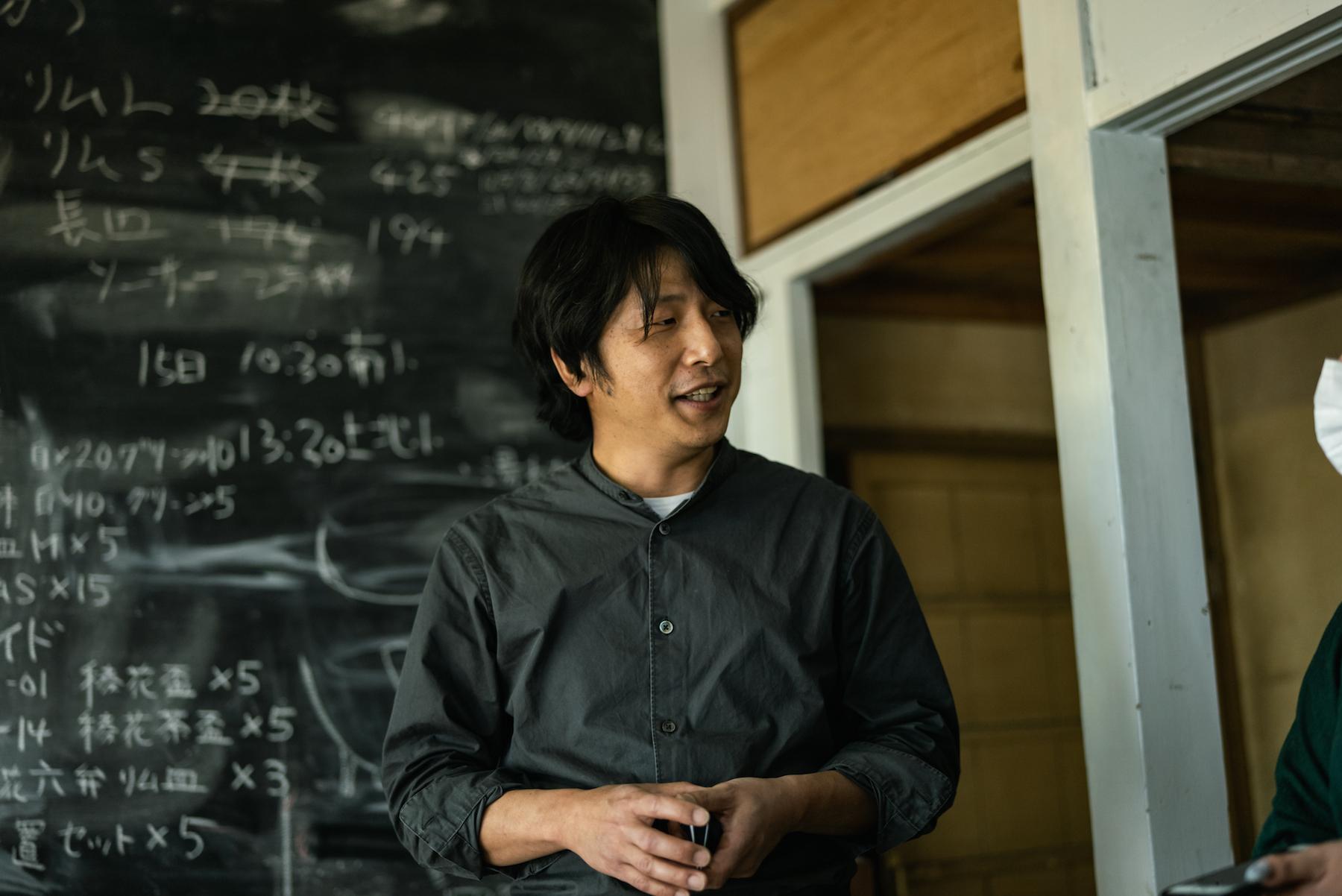 宇佐美 裕之(Hiroyuki Usami)氏 USUKIYAKI研究所 代表取締役、陶芸家、料理人。大分県臼杵市出身。江戸時代後期に途絶えた臼杵焼を今に復活させ、皿山や焼物の歴史を伝えつつ、これから新しい歴史を紡ぐ「現代版」臼杵焼を広めていくため、USUKIYAKI研究所を立ち上げ、活動の幅を広げている。