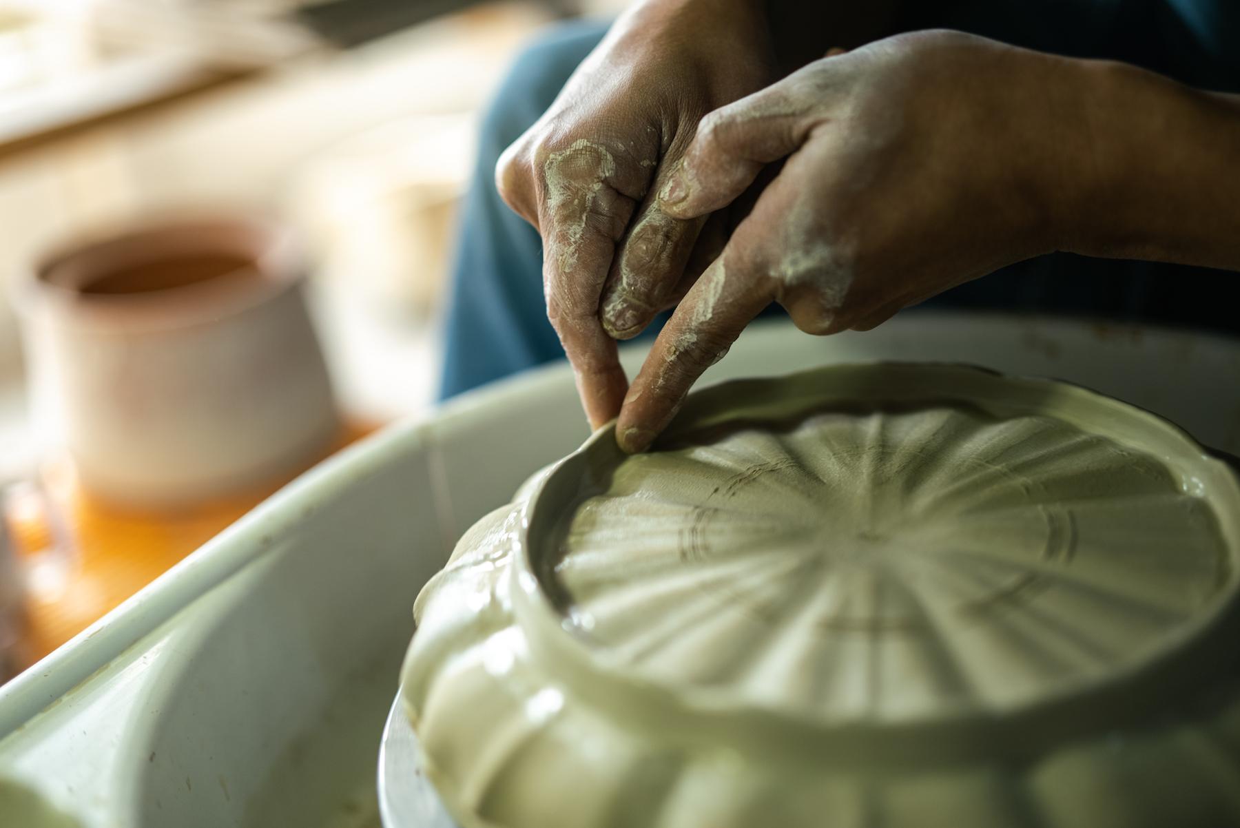 臼杵焼には陶器と磁器の二種類があり、現在別々の工房で生産される、陶器用の粘土は 当時の窯跡が残る末広地区にある瓦工場が保有する瓦粘土を器物にも使えるように精製して使用している。磁器用の磁石は今も昔も大分では採れず、昔は天草地方から運ばれてきたとされる。現在では作るものに合わせいろいろな地域の粘土をブレンドして使用している。