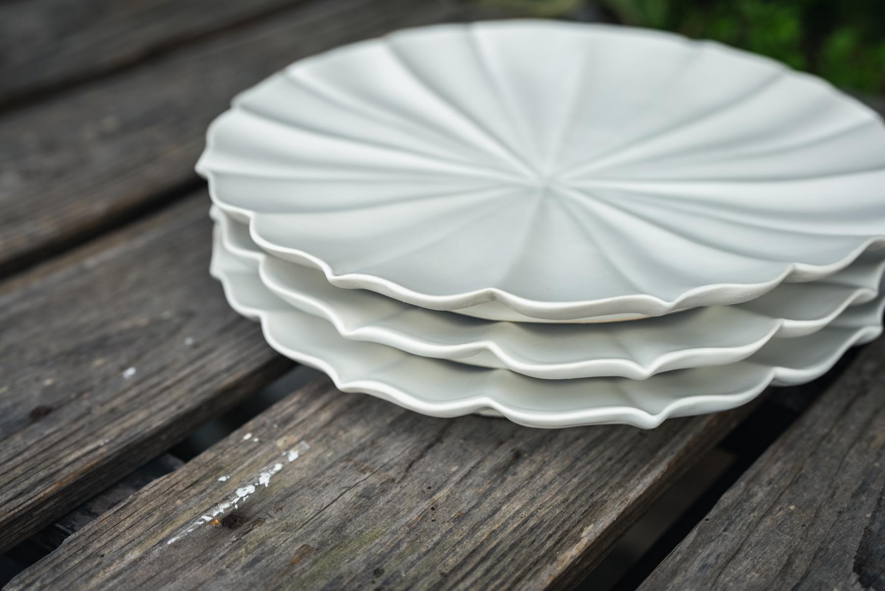 臼杵焼は手作りでつくられるため、同じ型からつくられたお皿でも、1点1点表情に違いが生まれる。この手作りの温かみが、臼杵焼の魅力の一つ。