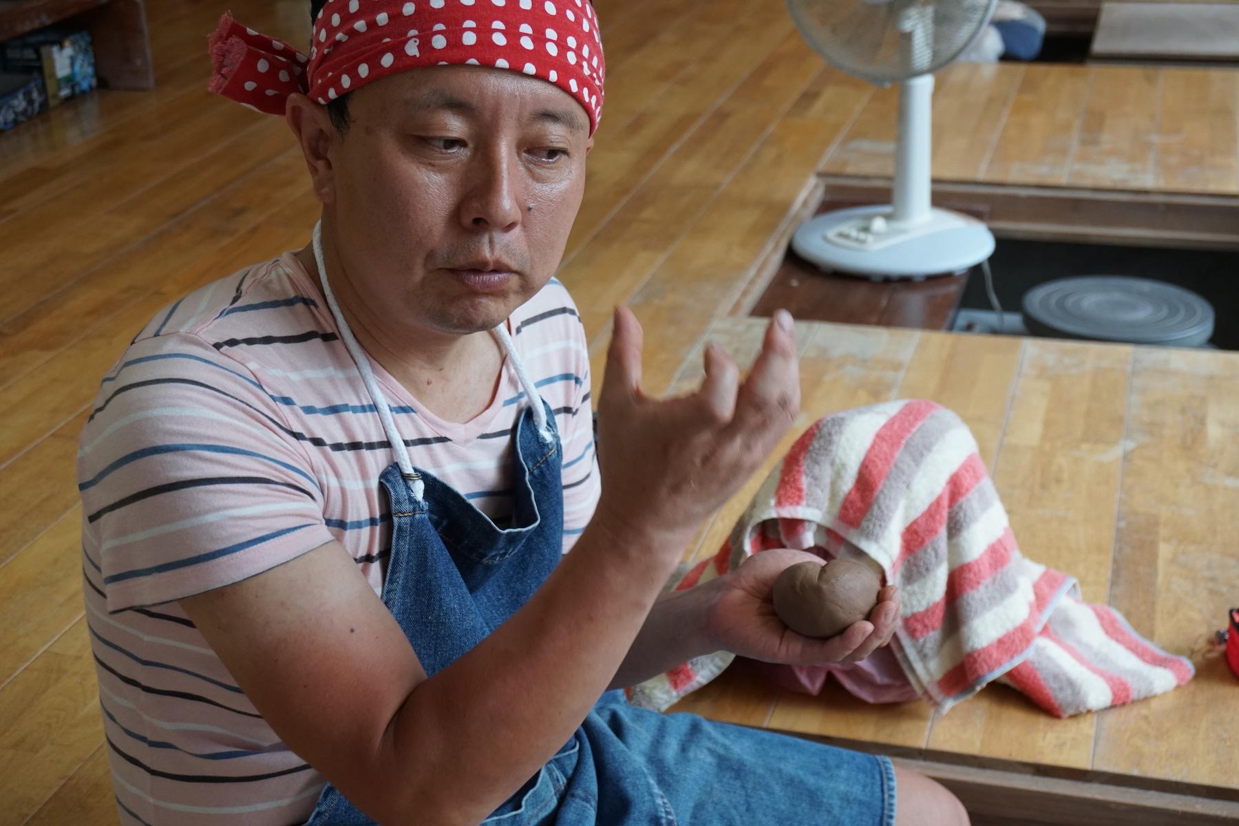 波多野 英生(Hideo Hadano)氏 氏 波多野指月窯 / 1971年に山口県萩市に生まれる。原木から土作りをして、釉薬もワラを燃やすところから作成、調合し、荻の伝統的な登り窯で松の薪を使って焚いている。萩焼の伝統を受けつつ、現代でも使えることをモットーに作陶。