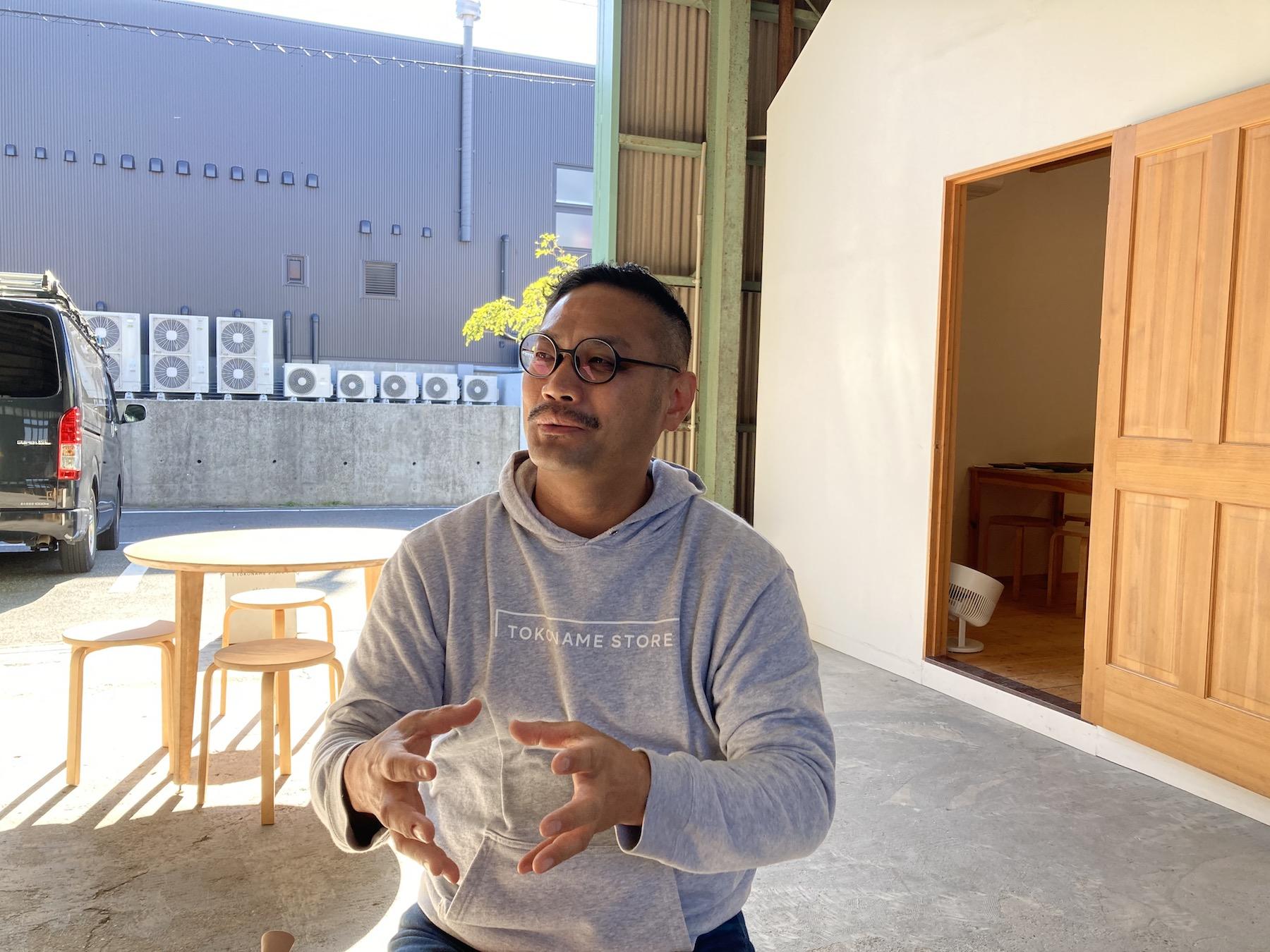 鯉江 優次(Yuji Koie)氏 有限会社山源陶苑 代表取締役 / 1975年1月26日生まれ。中京大学卒業後、和食器を取り扱う総合商社に就職し、29歳で家業へ戻る。その後、2015年にTOKONAME STOREを開店。