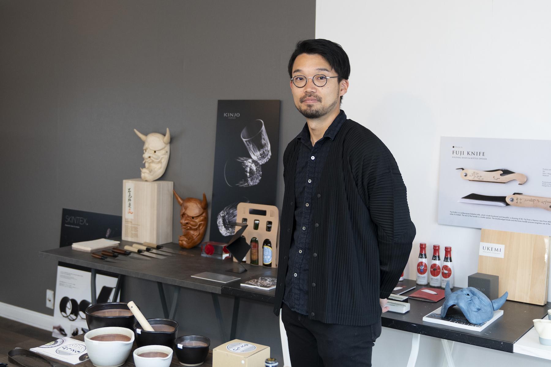 小林 新也(Shinya Kobayashi)氏 合同会社シーラカンス食堂、MUJUN 代表/ 1987年兵庫県生まれ。大阪芸術大学デザイン学科卒業。2011年にデザイン事務所の「合同会社シーラカンス食堂」を生まれ育った兵庫県小野市に設立。2016年「MUJUN」を設立し、優れた地場産品を国内外に向けて発信し、販売している。2018年、播州刃物の継承者を養成するための工場、「MUJUN  WORK SHOP」を開設し、熟練の刃物職人の技術習得とともに新しい商品開発を試みながら、地場産業の持続可能な仕組みづくりを模索している。また、現在、島根県石見地方に、里山暮らしのものづくり村を構想中。